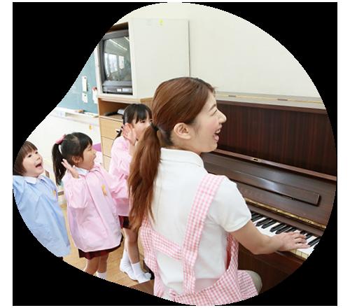 ピアノを弾く学生